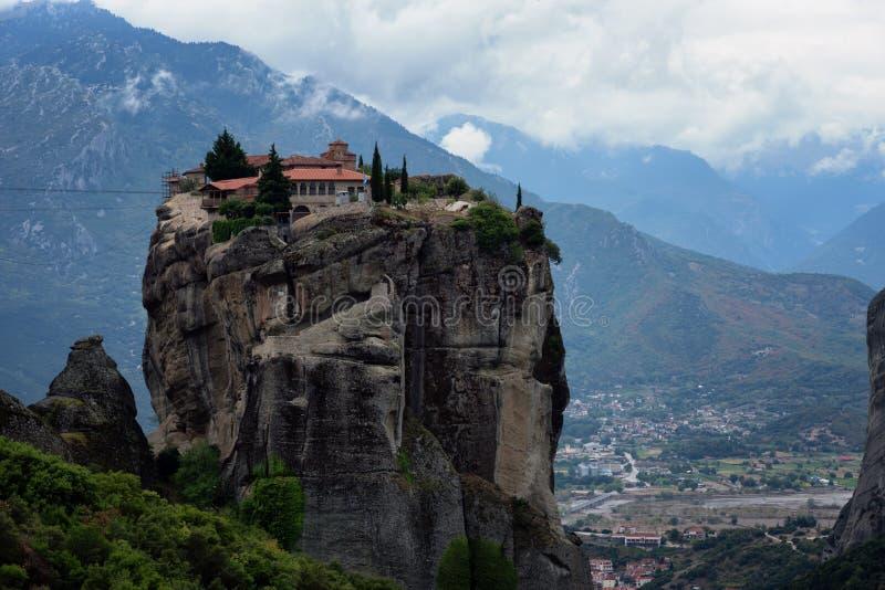 Prachtig de herfstlandschap Klooster Heilige Drievuldigheid, Meteora, Griekenland De Plaats van de Erfenis van de Wereld van Unes stock afbeeldingen