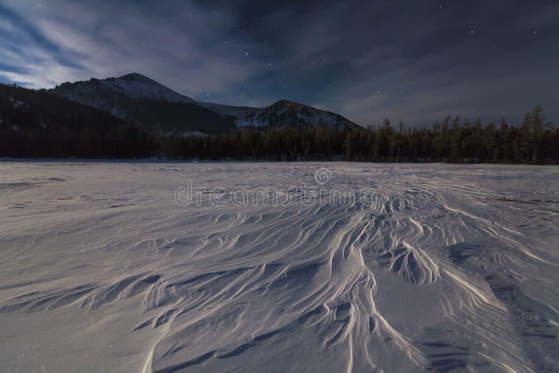 Prachtig de winterlandschap met bergen royalty-vrije stock afbeeldingen