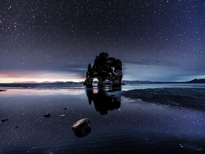 Prachtig donker zand na het getijde Dramatische en schitterende scène Plaatsplaats beroemde Hvitserkur, Vatnsnes-schiereiland stock fotografie