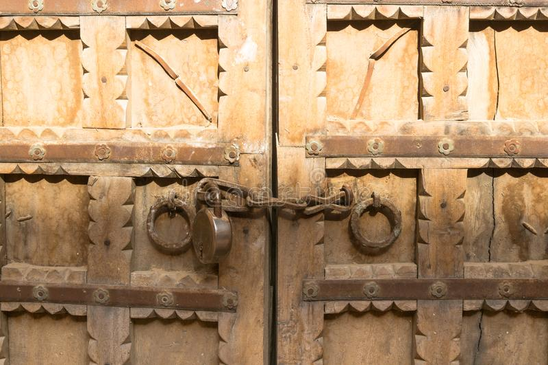 Prachtig gesneden poort met ketting en slot die toegang beperken stock foto's