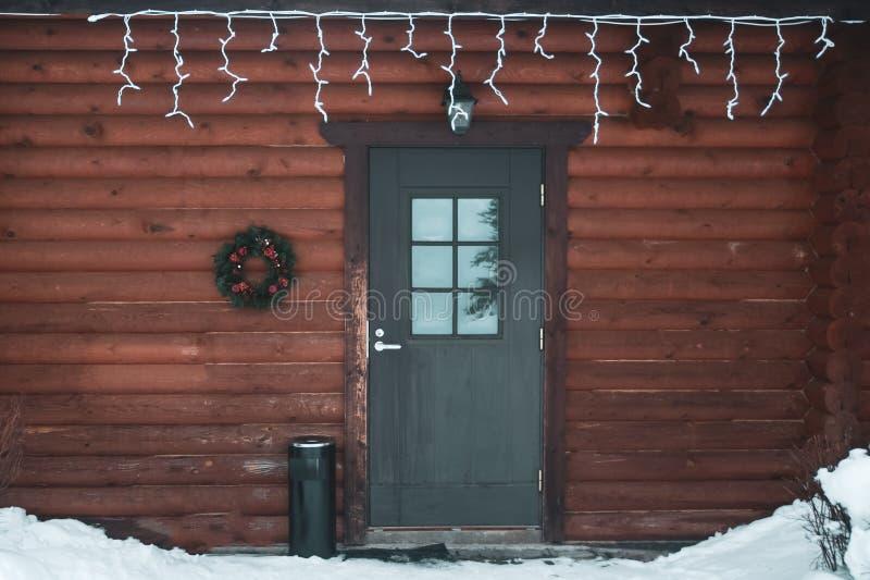 Prachtig huis Eenvoudige die deur voor Kerstmisvakantie wordt verfraaid, stock foto