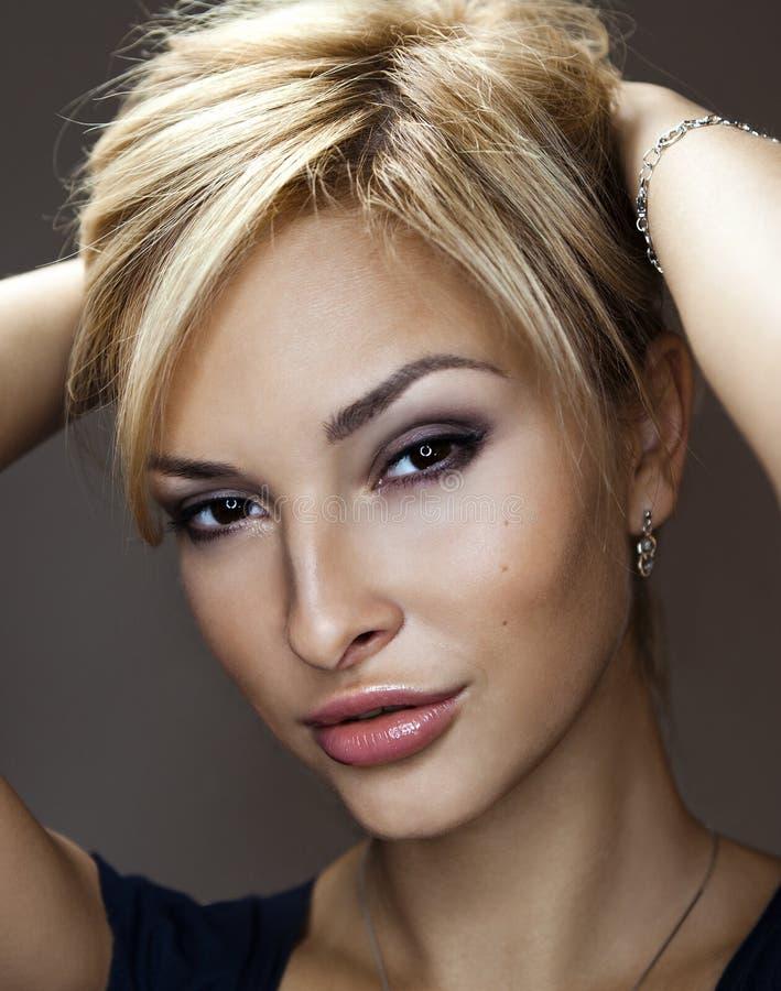 Prachtig portret van een mooie jonge vrouw stock afbeelding