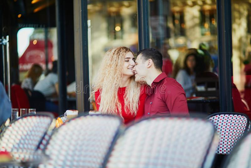 Prachtig romantisch echtpaar in het Parijse café in de openlucht stock fotografie