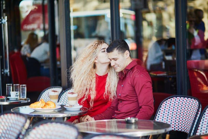 Prachtig romantisch echtpaar in het Parijse café in de openlucht royalty-vrije stock afbeelding