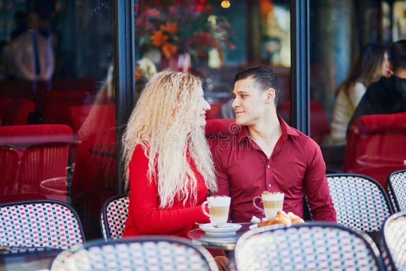Prachtig romantisch echtpaar in het Parijse café in de openlucht royalty-vrije stock foto's