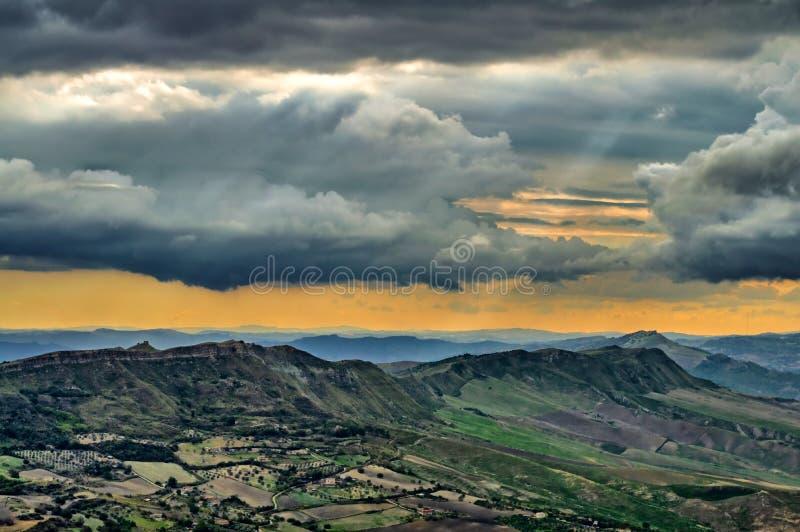 Prachtig Siciliaans Landschap bij Zonsondergang van Enna, Sicilië, Italië, Europa stock foto's