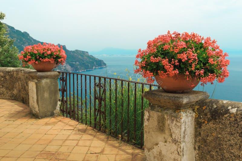 Prachtig tuinterras van Villa Rufolo stock afbeeldingen