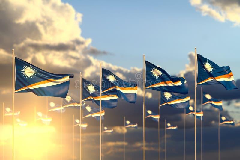 Prachtig vele Marshall Islands-vlaggen op zonsondergang die in rij met selectieve nadruk en ruimte voor tekst wordt geplaatst - o stock illustratie