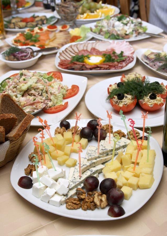 Prachtig verfraaide maaltijd op platen bij restaurant stock fotografie