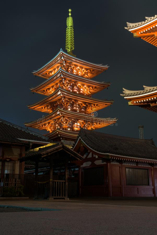 Prachtig verlichte tempel Senso -senso-ji complex 's nachts in Asakusa stock afbeelding