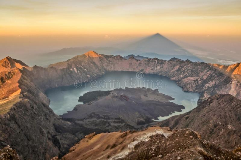 Prachtige bergring in rond Rinjani-vulkaan stock afbeelding