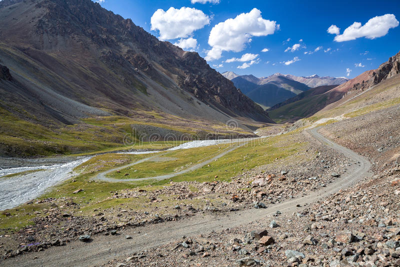 Prachtige bergweg in Kyrgyzstan stock afbeeldingen