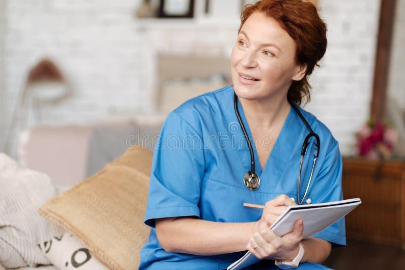 Prachtige ervaren arts die haar patiënt vragen over zijn zorgen royalty-vrije stock foto's