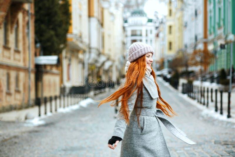 Prachtige glimlachende roodharigevrouw die modieuze de winteruitrusting dragen wa royalty-vrije stock afbeeldingen