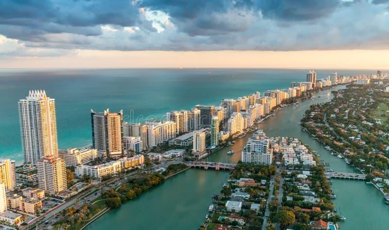 Prachtige horizon van Miami bij zonsondergang, luchtmening stock afbeeldingen