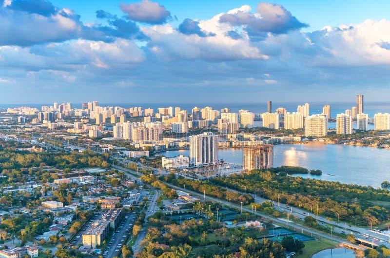 Prachtige horizon van Miami bij zonsondergang, luchtmening royalty-vrije stock fotografie