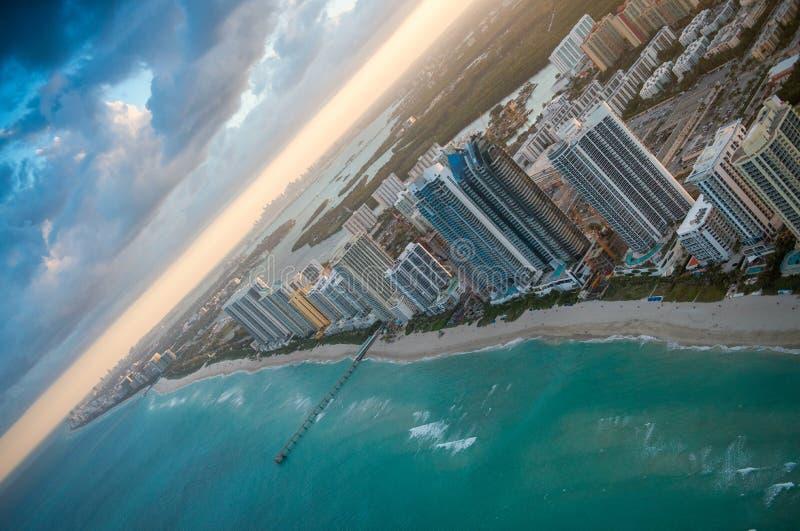 Prachtige horizon van Miami bij zonsondergang, luchtmening stock foto