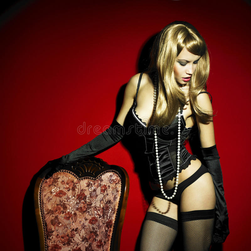 Prachtige jonge vrouw in korset royalty-vrije stock fotografie