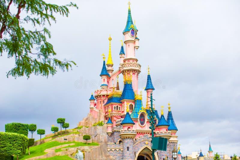 Prachtige magische kasteelprinses in Disneyland stock foto