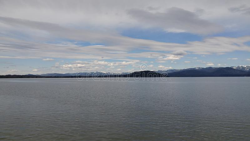 Prachtige mening van bergen door het meer stock foto