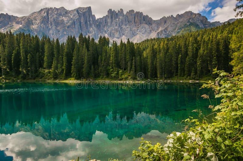 Prachtige mening van Carezza-meer Karersee dichtbij Nova Levante, Trentino Alto Adige stock foto