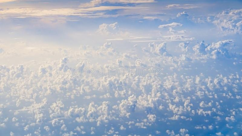 Prachtige mening van de hemel en de wolken met hierboven licht van de zon van royalty-vrije stock fotografie