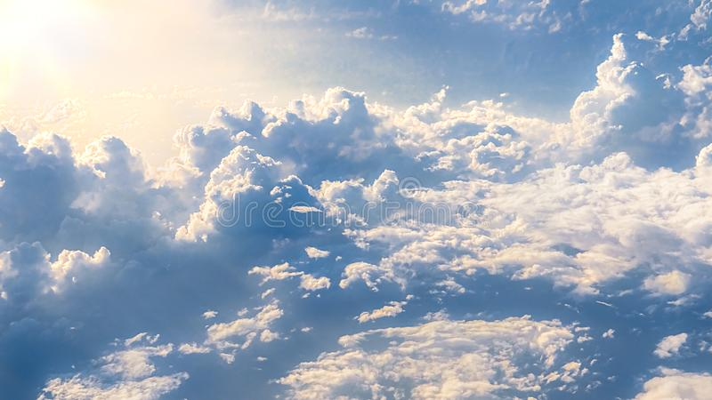 Prachtige mening van de hemel en de wolken met hierboven licht van de zon van royalty-vrije stock afbeeldingen