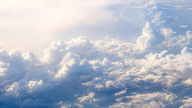 Prachtige mening van de hemel en de wolken met hierboven licht van de zon van royalty-vrije stock afbeelding
