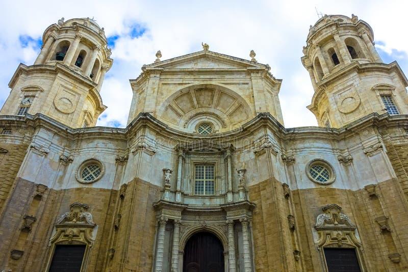 Prachtige mening van de kathedraal DE Santa Cruz in Cadiz, Spanje in Andalusia, naast het overzees Campo del Sur stock foto
