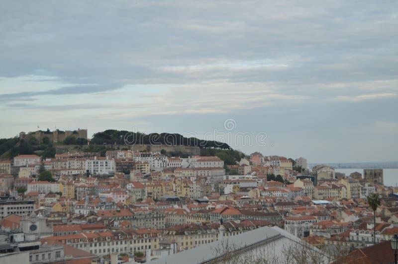Prachtige meningen van het Middeleeuwse Kasteel van San Jorge & Kathedraal van San Pedro de Alcantara Garden in Lissabon Aard, stock foto