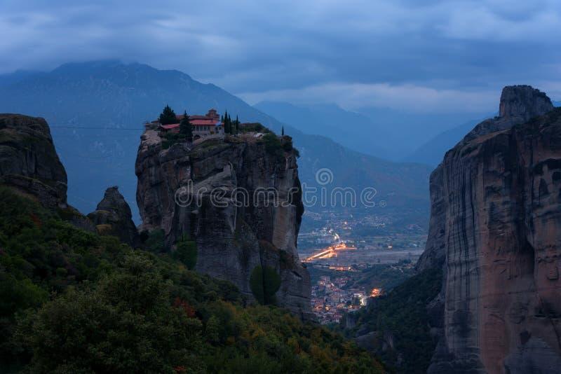 Prachtige nightscape Klooster Heilige Drievuldigheid, Meteora, Griekenland De Plaats van de Erfenis van de Wereld van Unesco Epis stock foto's