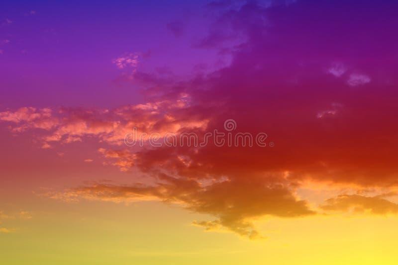 Prachtige onwerkelijke heldere van de fantasiezonsondergang of zonsopgang gedeeltelijk bewolkte hemel voor het gebruiken in ontwe royalty-vrije stock foto