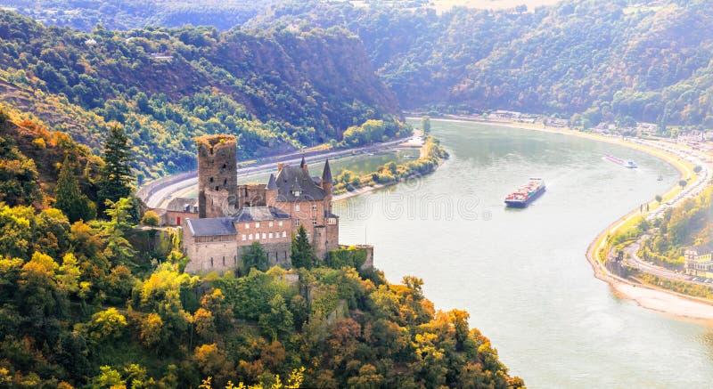 Prachtige Rijn-vallei met romantische middeleeuwse kastelen duitsland stock afbeeldingen