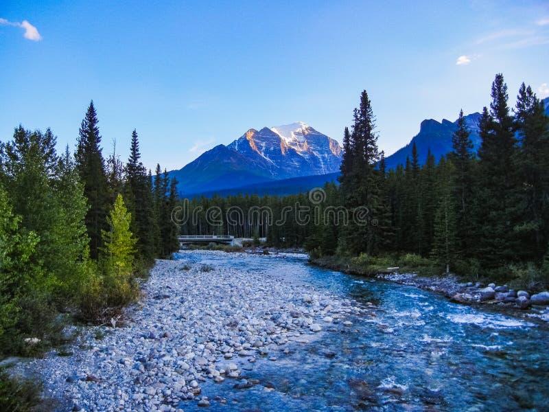 Prachtige rivier in banff nationaal park met rotsachtige binnen bergen stock afbeeldingen