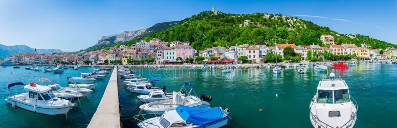 Prachtige romantische van het het landschapspanorama van de de zomermiddag de kustlijn Adriatische overzees Boten en jachten in h royalty-vrije stock fotografie