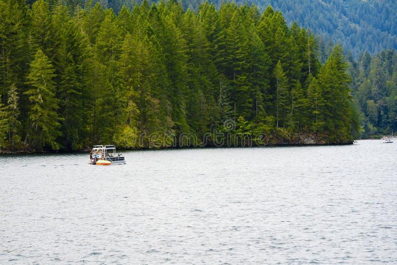 Prachtige rust met bootrit op de schilderachtige berg Merwin royalty-vrije stock foto's