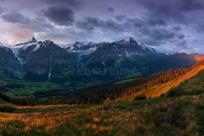 Prachtige scène van de sneeuw rotsachtige bergen Schilderachtige ochtend boven dorp in Zwitserse Alpen, Grindelwald, Bernese ober royalty-vrije stock afbeeldingen