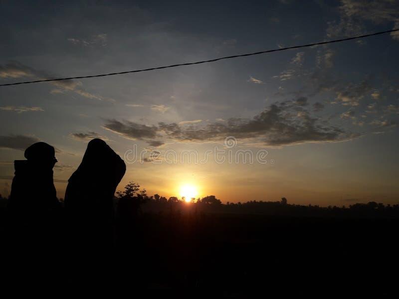 Prachtige sihouette op zonsopgang stock afbeeldingen