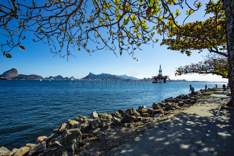 Prachtige stad, stad van Rio de Janeiro, Sugar Loaf en de olie en gastoren op de achtergrond, de Zeeolieindustrie stock foto's