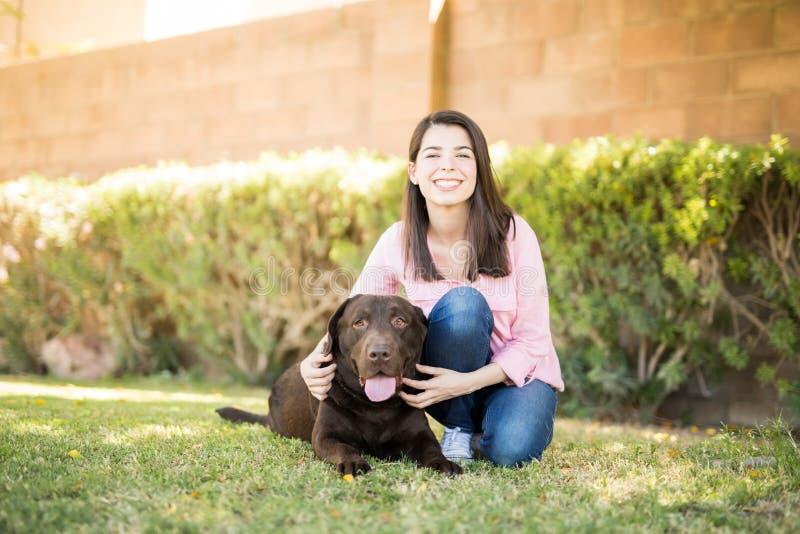Prachtige vrouw met huisdierenhond royalty-vrije stock afbeeldingen