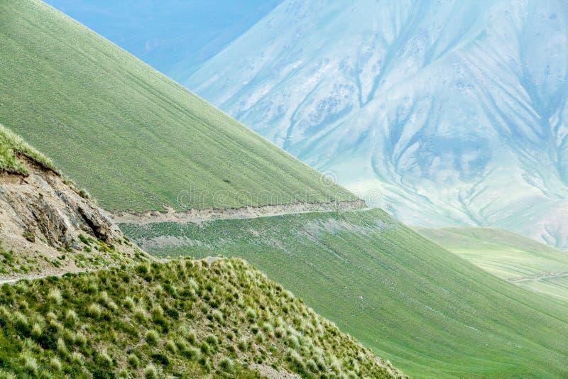 Prachtige weg in majestueuze Tien Shan-bergen stock foto's