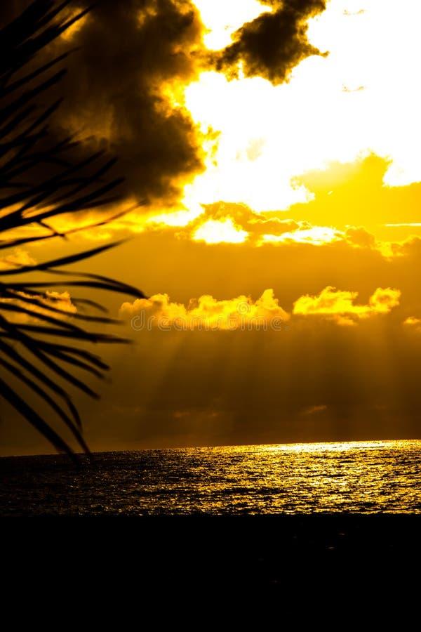 Prachtige zonsondergang boven de Zwarte Zee die van de kust kijken royalty-vrije stock fotografie