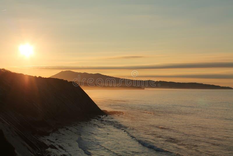 Prachtige zonsondergang op Atlantische kust op de richel in horizontale mening stock foto's