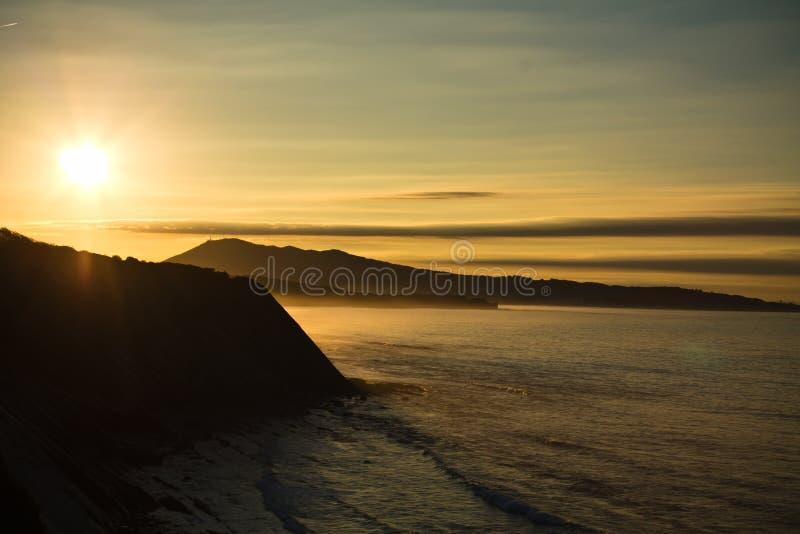 Prachtige zonsondergang op Atlantische kust op de richel in horizontale mening royalty-vrije stock foto's