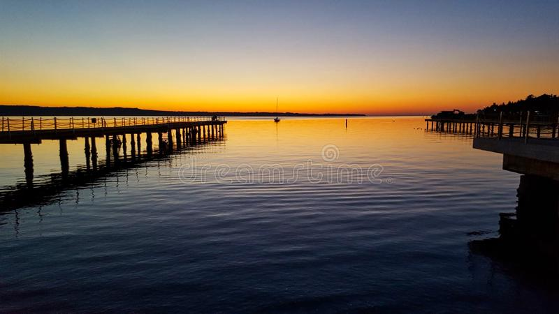 prachtige zonsondergang op een meer in de zomertijd stock foto