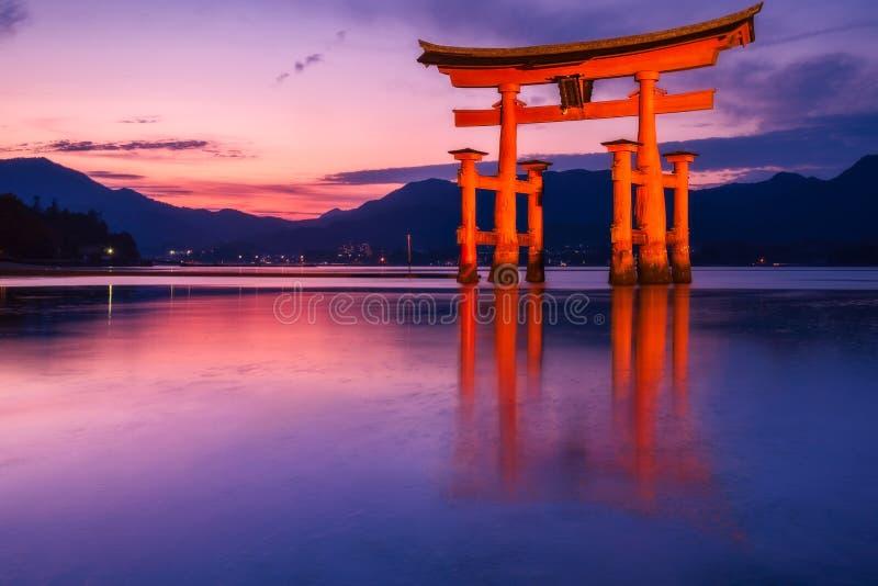 Prachtige zonsondergangkleuren bij de beroemde drijvende Torii-Poort op Miyagima-Eiland, Japan royalty-vrije stock afbeeldingen