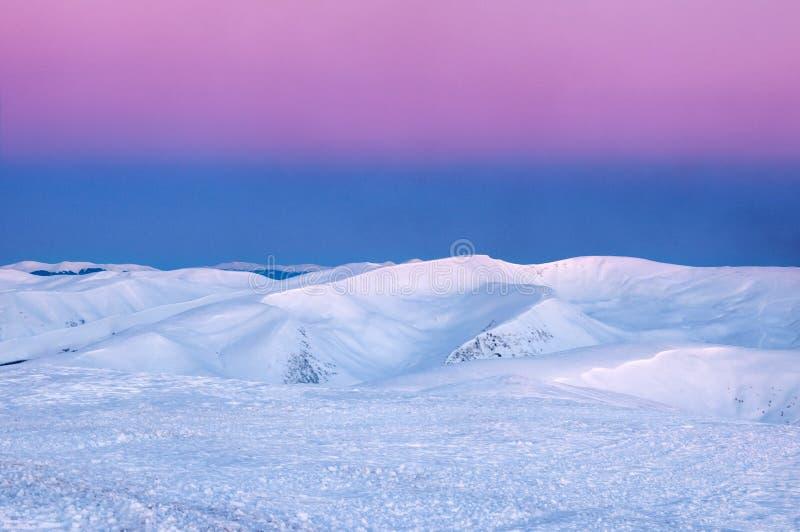 Prachtige zonsopgang in de Karpaten in de winter Snow-covered toppen van de winterbergen in de rode stralen van zonsopgang royalty-vrije stock fotografie