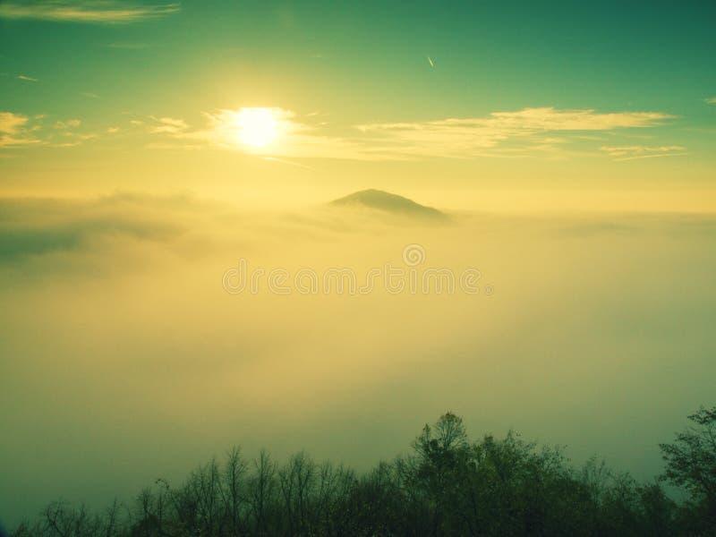 Prachtige zware mist in landschap De herfstfogy zonsopgang in een platteland Heuvel van mist wordt verhoogd die royalty-vrije stock foto's