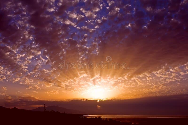 Prachtvoller goldener Sonnenaufgang und Himmel in Spanien lizenzfreies stockbild