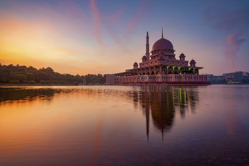 Prachtvoller Sonnenaufgang an Putra-Moschee lizenzfreie stockfotos